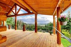 Belle vue du porche de maison de cabine de logarithme naturel. Photo libre de droits
