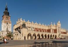 Belle vue du tissu Hall et de ville Hall Tower au centre historique de Cracovie, Pologne photos stock