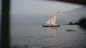 Belle vue du voilier en mer en Afrique Le bateau avec des personnes est pêche allante Horizontal calme banque de vidéos