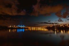 Belle vue du Zenit Arens et de centre de Lahta d'île d'Elagin photographie stock libre de droits