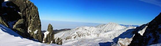 Belle vue en bas de la vallée du passage de Peleaga, en montagnes de Retezat Photographie stock libre de droits