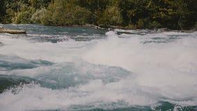 Belle vue en gros plan de mousse éclaboussant haut au-dessus de la rapide rapide faisante rage de rivière de Niagara puissant et  clips vidéos