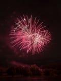 Belle vue et feux d'artifice de nuit sur la rivière Photographie stock