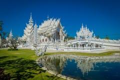Belle vue extérieure de l'église blanche du temple de Wat Rong Khun dans Chiangrai, Thaïlande, reflétée dans l'eau Images stock