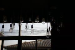 Belle vue interne foncée de boutique de fenêtre avec la lumière de soirée Ampoule Images stock