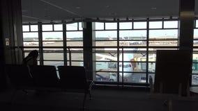 belle vue 4K de région de embarquement de passager en Tokio International Airport banque de vidéos