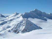 Belle vue même des montagnes couronnées de neige par temps ensoleillé clair images libres de droits
