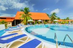 Belle vue magnifique de invitation des au sol d'hôtel et de la piscine sur le fond de ciel bleu Image stock