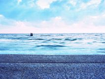 Belle vue marine sur la ligne de côte avec de l'eau lisse au-dessus de plage sablonneuse images stock