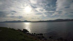 Belle vue ouverte de fjord avec les crêtes de montagne puissantes à l'arrière-plan lointain clips vidéos
