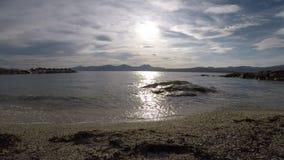 Belle vue ouverte de fjord avec les crêtes de montagne puissantes à l'arrière-plan lointain banque de vidéos