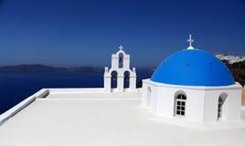 Belle vue, panorama sur le blanc - église bleue et la mer en île de Santorini Images libres de droits