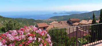 Belle vue panoramique au-dessus de marciana, île de l'île d'Elbe, Italie image stock