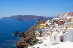 Belle vue panoramique dans le village d'Oia sur l'île de Santorini Photographie stock libre de droits