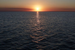 Belle vue panoramique de coucher du soleil au-dessus de mer Coucher du soleil lumineux coloré avec le reflextion dans l'eau Ciel  Photographie stock