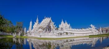 Belle vue panoramique de l'église blanche du temple de Wat Rong Khun dans Chiangrai, Thaïlande, reflétée dans l'eau Photographie stock