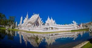 Belle vue panoramique de l'église blanche du temple de Wat Rong Khun dans Chiangrai, Thaïlande, reflétée dans l'eau Image stock