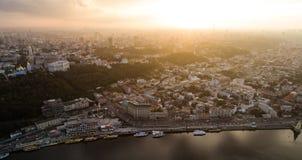 Belle vue panoramique de l'air à une ville moderne dans la brume au coucher du soleil Centre de Kiev, Ukraine Silhouette d'homme  Image stock