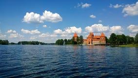 Belle vue panoramique de l'eau du château de Trakai photo stock
