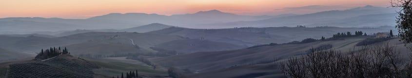 Belle vue panoramique de la campagne toscane au sud de Sienne à la lumière d'aube, Toscane, Italie photo libre de droits