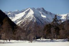 Belle vue panoramique de la gamme de montagne avec les crêtes couronnées de neige, un jour clair d'hiver photographie stock