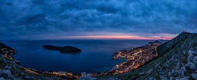 Belle vue panoramique de la vieille ville murée de Dubrovnik avec la vue d'oeil du ` s d'oiseau la nuit Image libre de droits