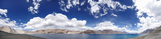 Belle vue panoramique de lac Pangong, HDR Photographie stock