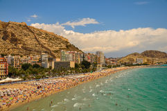 Belle vue panoramique de plage et de château d'Alicante Postiguet Photo stock
