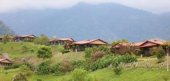Belle vue panoramique des maisons dans les montagnes en Costa Rica avec la jungle verte photo libre de droits