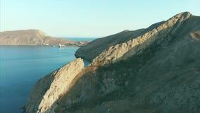 Belle vue panoramique des montagnes et de la mer, filmant d'en haut Tir aérien du rivage sur un ensoleillé banque de vidéos