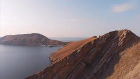 Belle vue panoramique des montagnes et de la mer, filmant d'en haut Tir aérien du rivage sur un ensoleillé clips vidéos