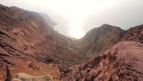 Belle vue panoramique des montagnes rocheuses colorées de désert avec le golfe Persique Île de Hormuz l'iran banque de vidéos