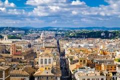 Belle vue panoramique des toits de maisons de Rome et des collines vertes photo stock