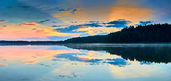 Belle vue panoramique du coucher du soleil au-dessus du lac Lemiet dans le secteur de Mazury, Pologne Destination fantastique de  Image stock