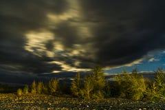 Belle vue panoramique sur le lac et la forêt la nuit photos stock