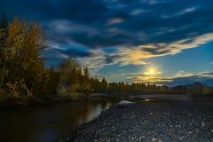 Belle vue panoramique sur le lac et la for?t la nuit image stock