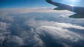 Belle vue par la fenêtre d'avion, vol d'avion au-dessus de ville en montagnes banque de vidéos