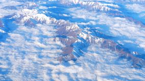 Belle vue par la fen?tre d'avion, vol d'avion au-dessus des montagnes avec des nuages clips vidéos