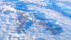 Belle vue par la fen?tre d'avion, vol d'avion au-dessus des montagnes avec des nuages banque de vidéos