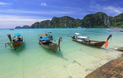 Belle vue, paysage marin, bateau sur le fond de montagne, mer du sud de la Thaïlande dans la province de Krabi, Andaman, Thaïland images stock