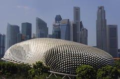 Belle vue scénique d'horizon central de district des affaires de cbd moderne de Singapour et de théâtre étonnant d'esplanade Image stock