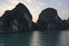 Belle vue scénique de deux grandes formations de roche au lever de soleil, baie de Halong, Vietnam Photo stock