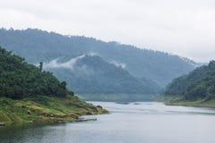 Belle vue scénique de montagne et de lac en Khun Dan Prakan Chon Dam image stock