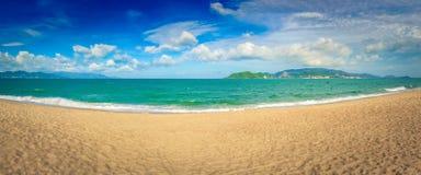 Belle vue scénique de plage de Nha Trang Panorama photographie stock libre de droits