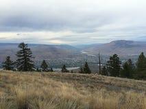 Belle vue scénique de ville de kamloops du haut de montagne Photographie stock