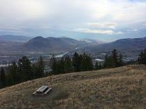 Belle vue scénique de ville de kamloops du haut de montagne Photos stock