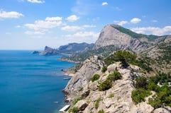 Belle vue supérieure des montagnes et de la mer dans un temps clair Image libre de droits