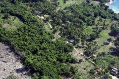 Belle vue supérieure du parc national dominicain : arbres, cabanes, routes et secteurs des arbres abattus photos libres de droits