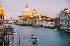 Belle vue sur des Di Santa Maria della Salute de basilique dans la lumi?re ?galisante d'or au coucher du soleil ? Venise, Italie photographie stock