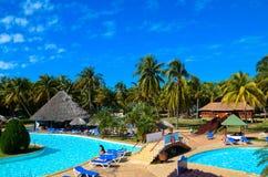 Belle vue sur la piscine tropicale sur la mer des Caraïbes, palmiers, Cuba, océan Image stock